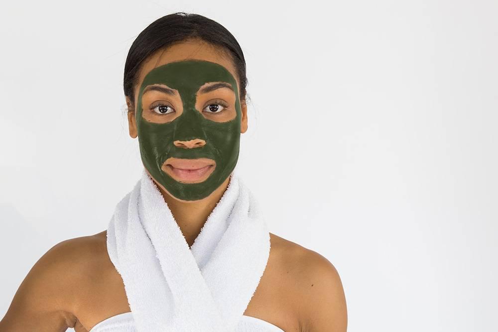 Kobieta w maseczce z glinki zielonej