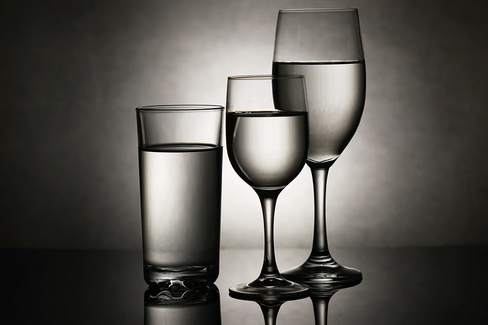 trzy szklanki z wodą
