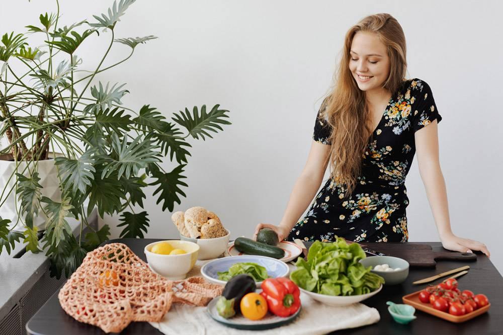 Owoce i warzywa przygotowane przez kobietę, pestycydy